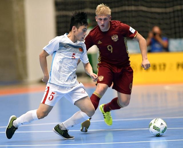 Các cầu thủ Việt Nam luôn thua trong các tình huống tranh chấp tay đôi