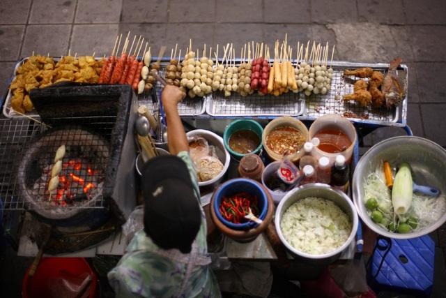 Ẩm thực đường phố đa dạng phong phú là những gì người ta nhớ nhất ở Thái Lan. Món ăn Thái có sự hòa trộn nguyên liệu và gia vị đậm nét, đặc trưng vị chua cay của vùng nhiệt đới.