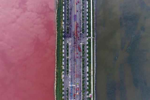 Một hồ nước ở tỉnh Thiểm Tây, Trung Quốc bị đổi màu vì do tảo. (Ảnh: Reuters)