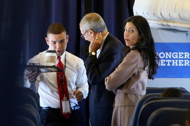 Nữ trợ lý xinh đẹp luôn sát cánh bên bà Clinton - 17