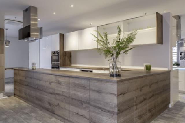 Tầng 2 của trung tâm là nơi khách hàng tham khảo các mô hình kết hợp nguyên, vật liệu và phụ kiện nội thất trong các thiết kế ứng dụng