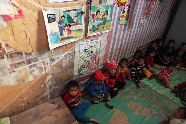 Các em học sinh mầm non buổi trưa ngủ trên những chiếc chiếu cũ nát trải tạm trên nền đất