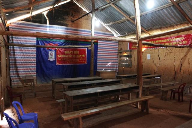 Phòng học đắp bằng đất được kèo chống bằng những cột gỗ, tạm bợ, nhếch nhác đến đáng thương