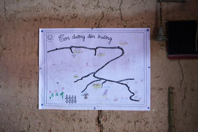 Bức tranh vẽ con đường đến trường của các em nhỏ vùng cao đơn giản mà chân thực như chính cuộc sống của các em hiện tại