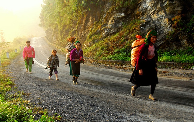 Đèo Mã Pì Lèng là đoạn đèo hiểm trở dài khoảng 20 km, có độ cao khoảng 1.200m nằm trên con đường mang tên Đường Hạnh Phúc. đoạn đèo vượt Mã Pí Lèng được các thanh niên xung phong làm trong 11 tháng. Đi trên những đoạn đèo dốc chốc chốc lại bắt gặp cảnh bình yên dưới lòng thung lũng. (Ảnh: Những người Phụ nữ Hmong đi chợ sớm trên cổng trời Quản Bạ)