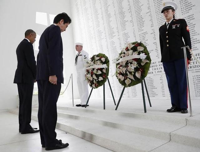 Thủ tướng Abe và Tổng thống Obama thăm Trân Châu cảng. (Ảnh: AP)