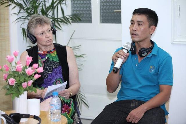 GS. Francoise Barre-Sinoussi và anh Phạm Thành Công