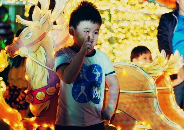 Các bé cũng thích thú được chụp ảnh Giáng sinh với trang trí đẹp mắt