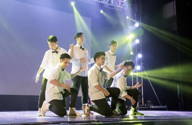 """Các chàng trai của nhóm DBC gợi ý cho những người bạn của mình cách mời """"gấu"""" đi dự prom: đó là hát hay – nhảy đẹp."""