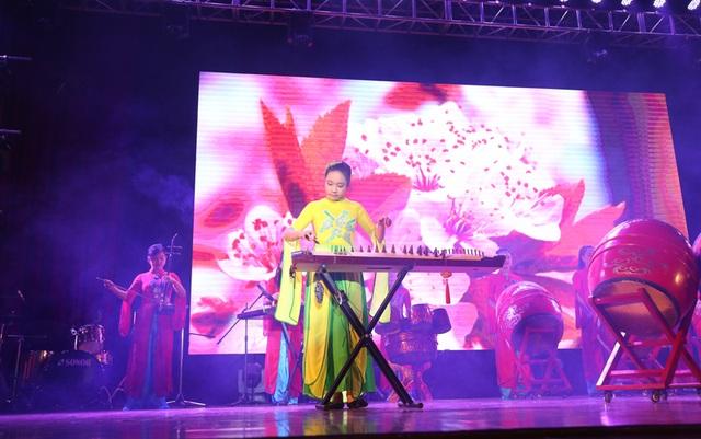 Sân khấu của trường chuyên Hà Nội Amsterdam được dàn dựng cho tiết mục như không gian một ngày hội mùa xuân truyền thống của Việt Nam