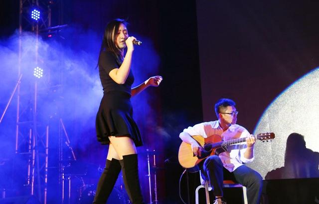 Ca sĩ chính của nhóm L'evoluzione đắm chìm trong ca khúc Feeling Good