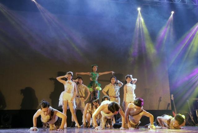 Nhóm nhảy HDC đến từ CLB dance sport của trường trình diễn tài năng khiêu vũ thể thao với bài thi được biên đạo từ câu chuyện về những chú vẹt Rio