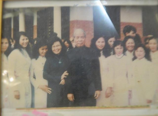 Bức ảnh bà Thanh (áo đen) chụp chung với Tổng Bí thư Đỗ Mười nhân dịp Tổng Bí thư ghé thăm Làng SOS.