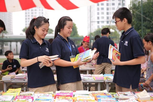 """Không chỉ có sách, trong khuôn khổ Book Fair 2016, hàng loạt hoạt động thú vị đã diễn ra như: công bố """"Kho sách nói"""", trao giải cuộc thi """"Đọc và sáng tạo cùng Vinser"""", """"Hóa thân cùng sách"""", tọa đàm """"Đọc sách và làm bạn cùng con"""" cùng các diễn giả nổi tiếng…"""