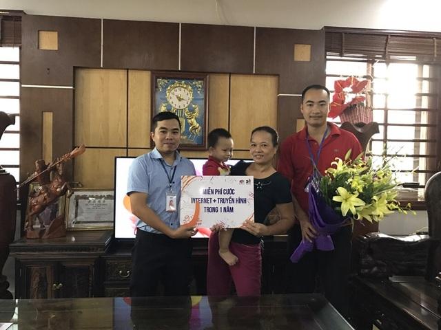 Đại diện FPT Telecom chi nhánh Phú Thọ đã đến thăm và trao tặng phần quà tri ân đến gia đình khách hàng Vũ Hùng Sơn (Việt Trì, Phú Thọ)