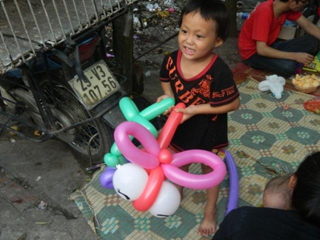 """Cầm con """"chườn chườn"""" trên tay, cô bé 3 tuổi chạy đi khoe khắp xóm"""