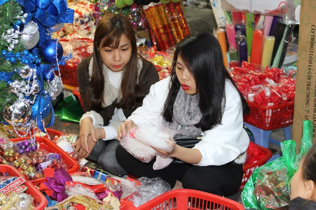 Nhiều bạn trẻ ở Nguyễn Trãi, chùa Láng,… cũng đến phố cổ mua sắm bởi các mặt hàng ở đây đa dạng về chủng loại và giá thành cũng rẻ hơn so với những nơi khác.