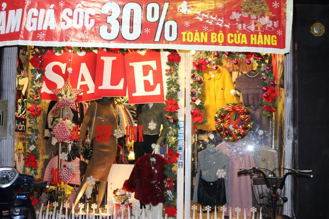 Hướng ứng không khí Giáng sinh, nhiều cửa hàng quần áo cũng trang trí từ sớm và bắt đầu chạy các chương trình khuyến mại.