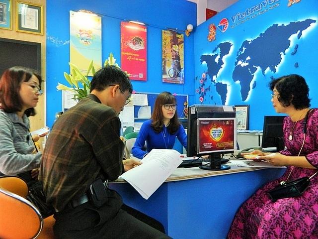 Khách hàng nghe tư vấn và chọn lựa các gói tour.