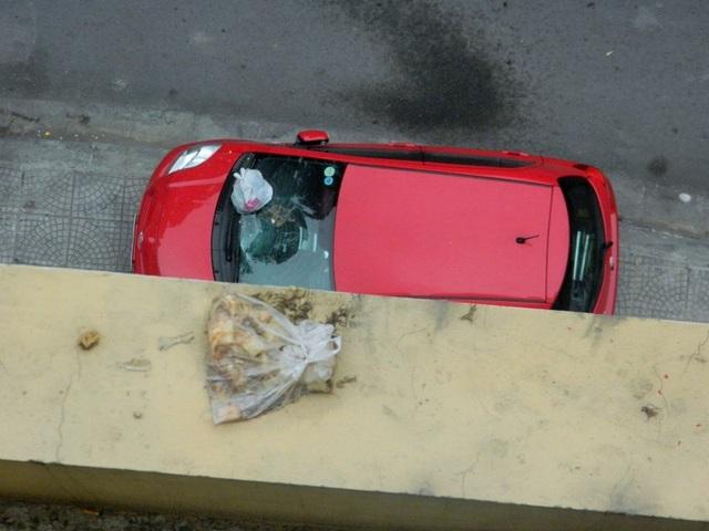 Một túi rác không biết đã nằm trên bờ tường từ bao giờ.
