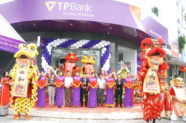 Tổng Giám đốc TPBank và các khách mời cắt băng khánh thành điểm giao dịch TPBank Bắc Đà Nẵng