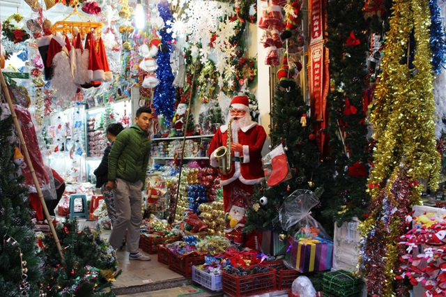 Cửa hàng nào cũng dành hết gian hàng ngoài để bán đồ Giáng sinh.