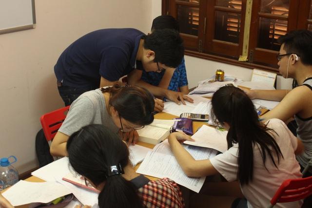 Thầy Long đang chữa bài cho từng học sinh.