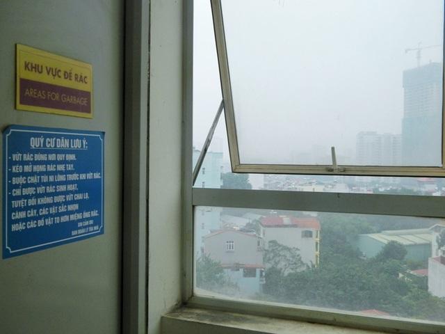 Phòng chứa rác nằm sát cửa sổ.
