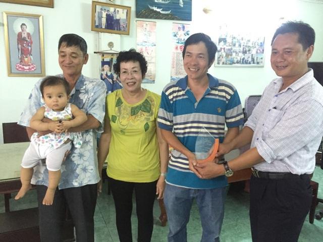 Giám đốc FPT Telecom chi nhánh An Giang (ngoài cùng bên phải) chia sẻ cùng gia đình khách hàng sử dụng dịch vụ lâu năm nhất tại tỉnh này