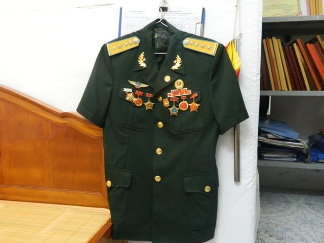 Bộ quân phục với nhiều huân, huy chương chỉ được mặc vào những dịp đặc biệt là niềm tự hào của ông.