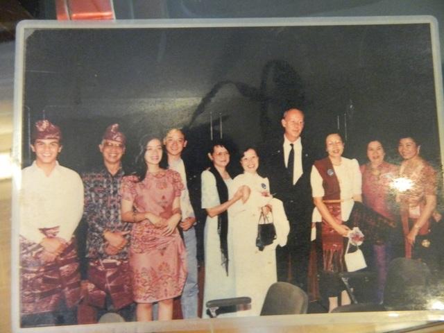 Bà Thanh (thứ 6 từ trái sang) cùng các đại diện của làng trẻ SOS trên khắp thế giới.