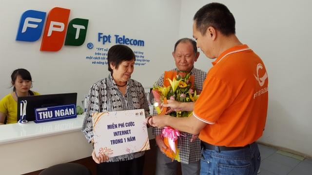 Ông Phạm Hoàng Long – Giám đốc FPT Telecom chi nhánh Lâm Đồng trao tặng kỷ niệm chương của chương trình