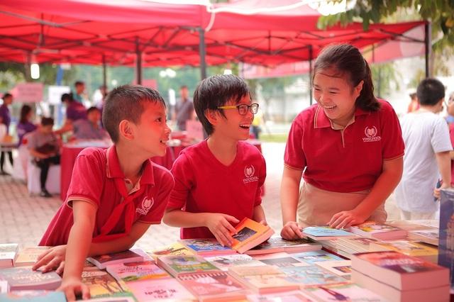 """Đây là lần thứ 3 Hội sách Vinschool Book Fair được tổ chức, thể hiện sự nhất quán và kiên trì của Hệ thống giáo dục Vinschool trong việc xây dựng và phát triển Văn hóa đọc cho học sinh. Lấy chủ đề """"Đọc và sáng tạo cùng Vinsers"""", hàng nghìn gia đình có con trong độ tuổi từ Mầm non đến THPT đã đến tham gia vào các hoạt động sôi nổi và ý nghĩa của chương trình."""
