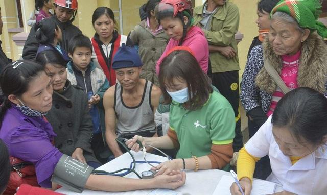 Bác sĩ tư vấn cho người dân bảo cao trong đợt khám cấp, phát thuốc miễn phí.