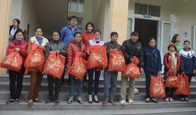 Cũng nhân dịp này đoàn đã trao 120 suất quà đến các hộ dân có hoàn cảnh đặc biệt khó khăn.