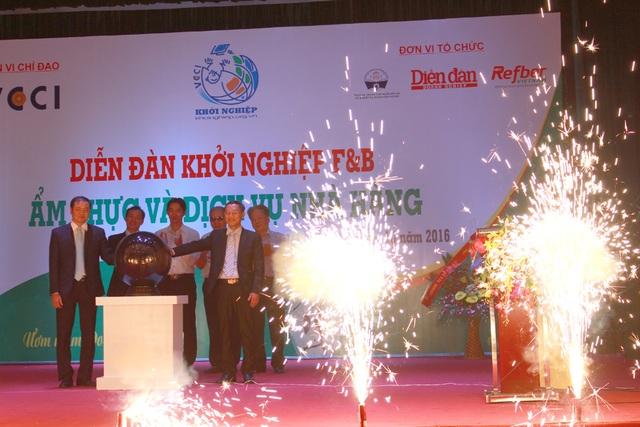 Ông Nguyễn Hữu Kiên - GĐ công ty Refber Việt Nam và ông Nguyễn Văn Nam - đại diện Nhà trường cùng các đại biểu Ra mắt Chương trình đào tạo Quản lý nhà hàng.