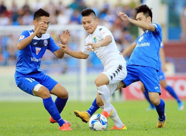 Hà Nội T&T (trắng) tiến sát ngôi vô địch V-League - Ảnh: Gia Hưng