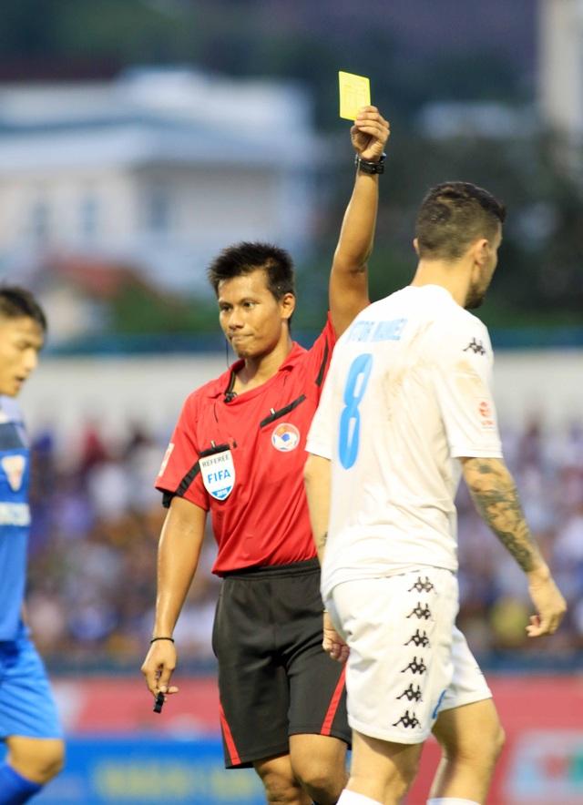 Trọng tài người Singapore sử dụng nhiều thẻ phạt ở trận đấu này - Ảnh: Gia Hưng
