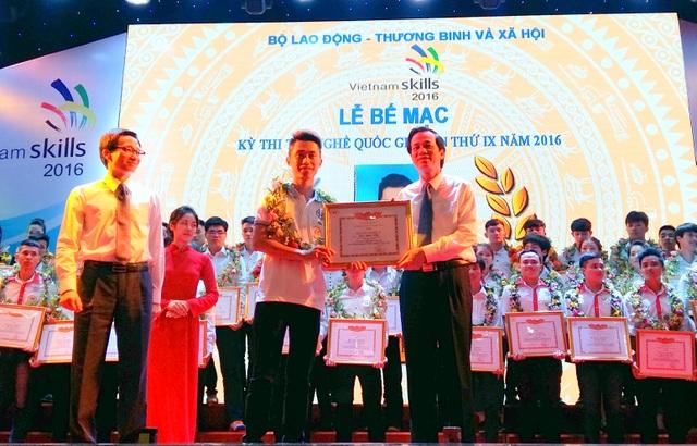 Phó Thủ tướng Vũ Đức Đam (hàng đầu, trên trái) và Bộ trưởng Đào Ngọc Dung trao hoa và bằng khen cho thí sinh.