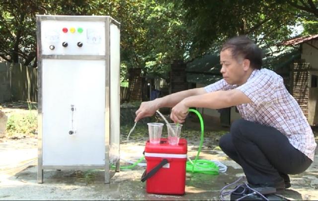 Kỹ sư Nguyễn Đình Cường cùng với chiếc máy điện hóa nước.