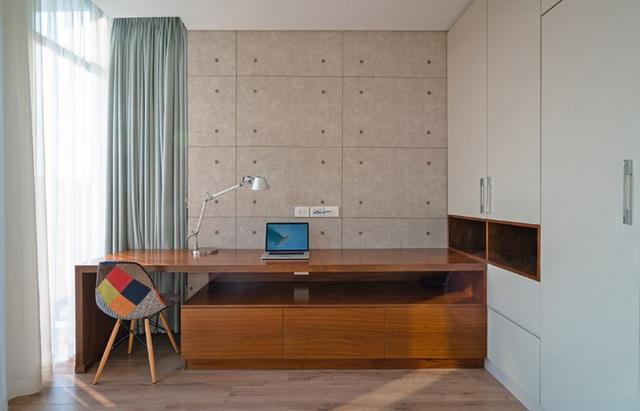 Khu vực làm việc bên trong phòng ngủ rộng rãi. Rèm lớn phủ khung cửa sổ có thể điều chỉnh ánh sáng theo nhu cầu.