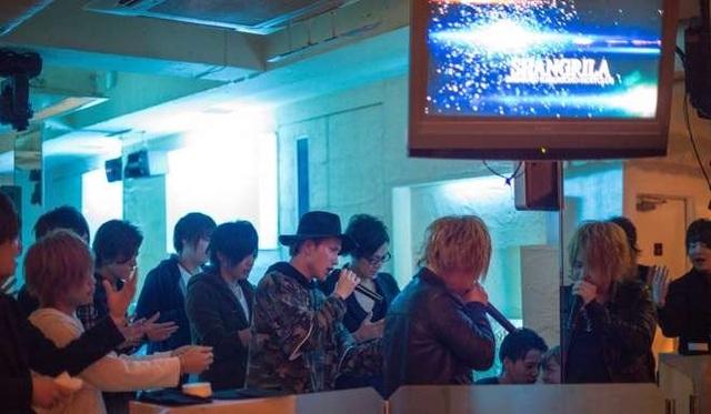 Để gọi sâm panh kèm màn trình diễn của các tiếp viên, khách phải trả ít nhất 40,000 yên (gần 8 triệu đồng).