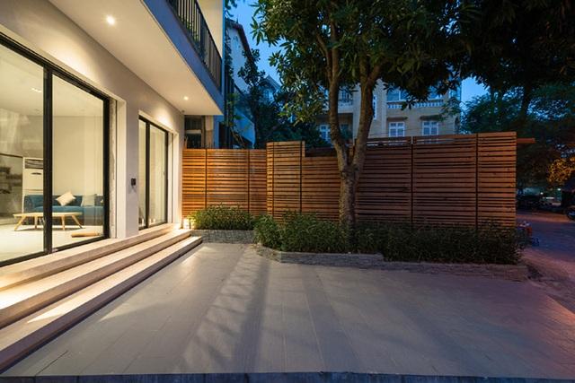 Mặt đứng thiết kế hiện đại, hài hòa với cảnh quan và sân trước trông nhiều cây.