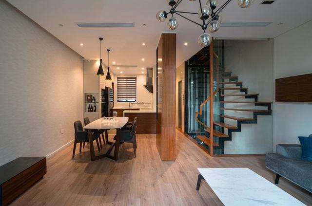 Phòng khách chính, bếp và phòng ăn được chuyển lên tầng 2 nhằm tạo một không gian sinh hoạt chung liên hoàn.