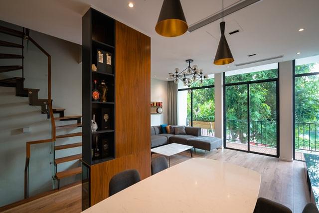 Toàn bộ không gian nội thất được thay đổi với cột giữa nhà được giấu trong vách tủ, tạo thành vách ngăn giữa phòng ăn và cầu thang. Tầm nhìn ở tầng 2 rộng hơn với cảnh quan bên ngoài. Dù là thư giãn ở sofa hay ngồi ở bàn phòng ăn đều có thể nhìn ra khuôn viên xanh mướt.