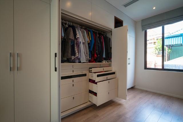 Tủ đựng quần áo thiết kế hiện đại với nhiều ngăn tủ nhỏ bên trong tủ lớn.