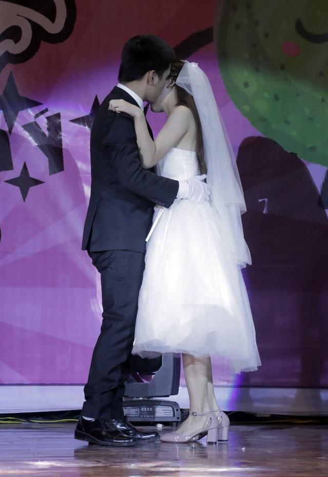 Cặp đôi không ngần ngại thể hiện tình cảm ngay trên sân khấu