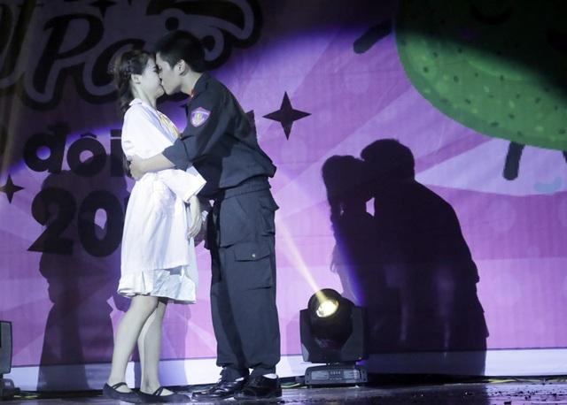 Trong một khoảnh khắc phiêu trên sân khấu, cặp đôi đã trao nhau nụ hôn ngọt ngào