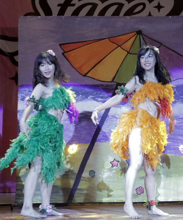 Hoàng Mỹ Linh và Bùi Mỹ Linh mang hơi thở mùa hè đến cuộc thi qua trang phục đậm chất bãi biển Hawaii