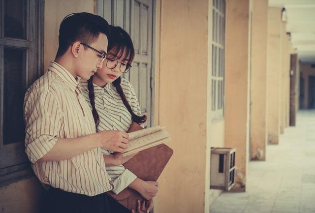 Bộ ảnh mô phỏng một câu chuyện tình lãng mạn của những sinh viên đang ngồi trên giảng đường, họ nảy sinh tình cảm từ những lần ôn bài, truy bài, những ngày học thi căng thẳng